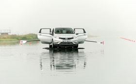 Nissan Note научили плавать